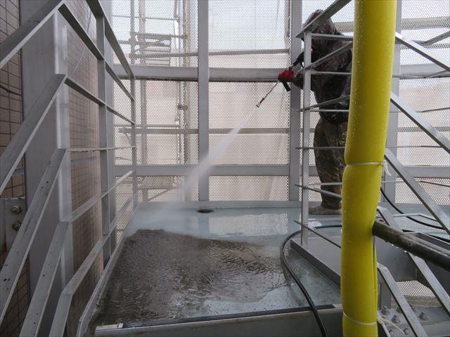 共用階段と共用廊下のコンクリート土間の汚れを高圧洗浄機で下地処理をして防水塗料の塗膜が有効になる