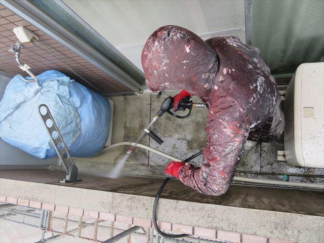 バルコニーやベランダ内部の高圧洗浄はリシン外壁や床面防水塗装には欠かせない下地処理作業