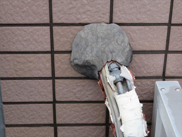 エアコン配管の取り入れ口は専用パテやコーキングでシールされていますが、シールが甘い場合は高圧洗浄水が雨漏りすることがある