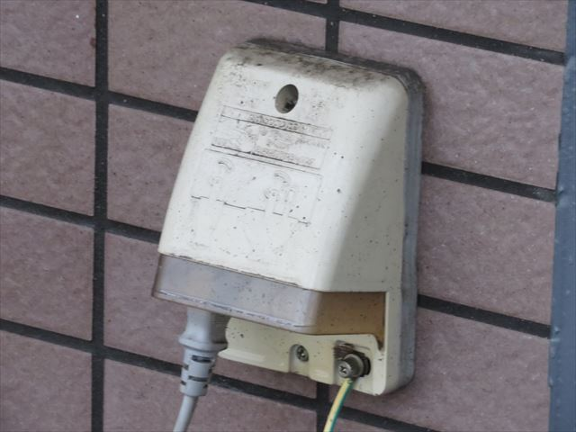 防水コンセントであっても下から高圧洗浄すると漏電や電気トラブルを引き起こすので、屋根塗装、外壁塗装、屋上防水工事の前には、要点を押さえた高圧洗浄作業が求められる