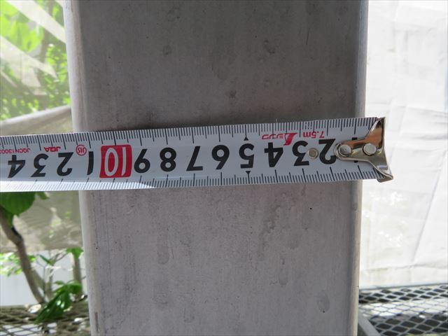 120mmの中空角型鋼材がコンクリート土間でフーチング処理がされて共用階段の躯体を構成しマンション本体とともに全体の耐震強度を上げている