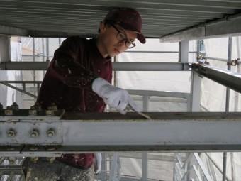 塗装前の下地処理として皮すきを使って浮き上がった塗膜と錆びついた箇所を剥離させていく
