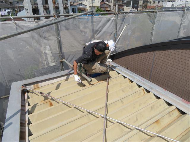 砂塵類は箒やハケを使って丁寧に除去することが、外壁塗装、鉄部塗装の仕上がりの美しさを決めて行きます
