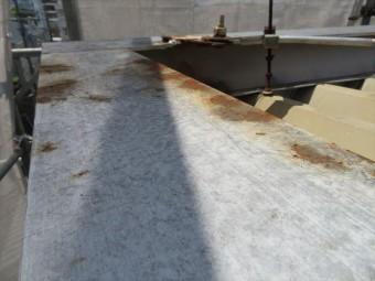 ケレン前の鉄部のさびは塗料を浮かせたままになる