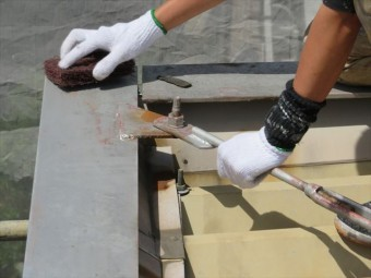 極太ナイロン繊維のマジックロンは、ナイロンでありながら金属タワシにも負けない重研削作業にも使えて、目詰まりを起こさない構造の使いやすい素材