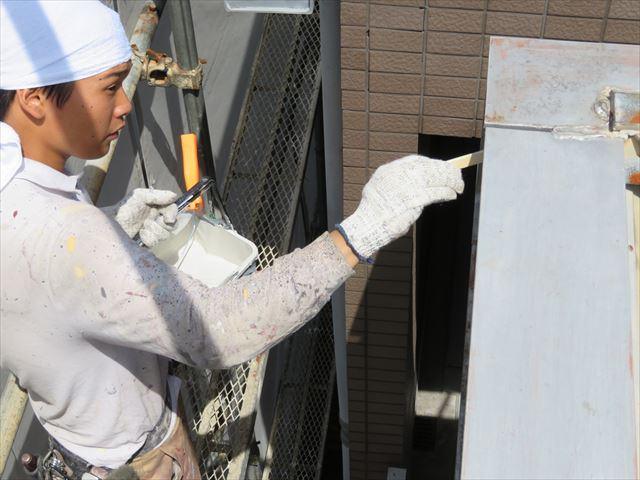 鉄部塗装の第一段階はさび止め塗料の下塗りをします