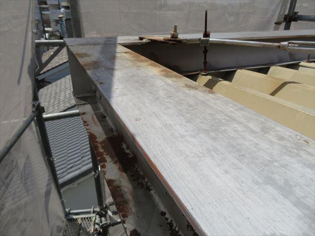 ケレンをして鉄部表面のさびと古い塗膜を剥離しておくと塗装の仕上がりが違ってくる