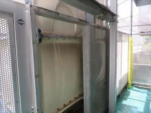 化粧隔壁のパンチメッシュ板が固定されている鉄骨と給水タンクの隙間は、パンチメッシュ板を外して塗装をする
