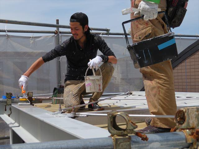 折板屋根の骨格は頑丈なH型鋼ですが、それでもブレースが入って変形を防いでいるので、異形細部が塗装作業を難航させます