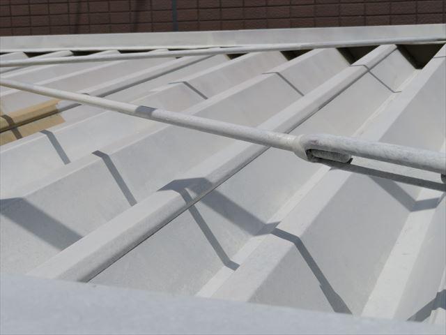折板屋根の頂部は鉄骨部と同じ銀色仕上げなので、下塗りのさび止め塗料も銀色の発色が良くなる白系を採用した
