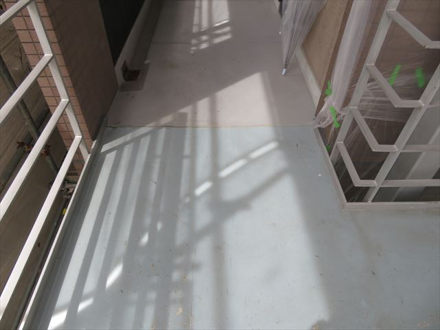 共用階段の躯体はマンション本体の重量鉄骨と緊結されて付加一体物をなし耐震強度が高められている