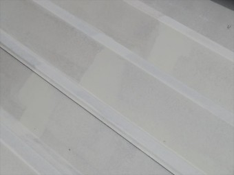 速乾一液弱溶剤形変性エポキシさび止め塗料ザウルスEXⅡを折板屋根に2度塗りしている