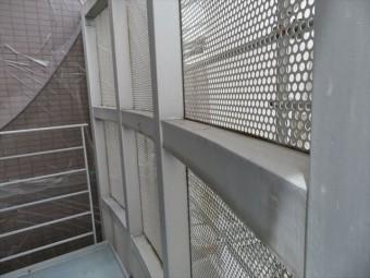 共用階段の転落防止用外壁にはパンチメッシュ板が張られている