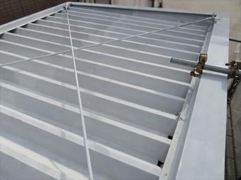 共用階段の大屋根は折板屋根形状で、屋根勾配の設定の仕方に一工夫が見られる構造
