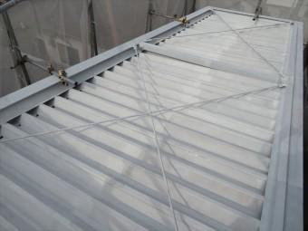 ブレースは四方を囲んでいるH型鋼がひし形に変形しないように、対角線で引っ張り応力を加えることで、長方形を保たせています。