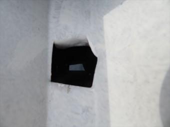 折板屋根材は躯体のH型鋼に支えられ、軒樋は屋根材の下に設置されるため雨水を流し込む穴が必要になる