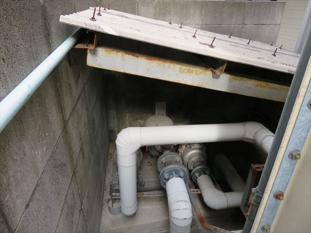 マンションの給水ポンプは大波スレート屋根が葺かれている
