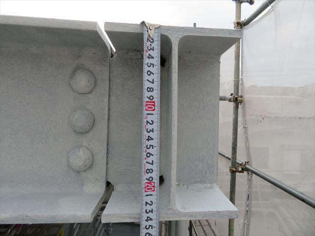 折板屋根の骨格であるH型鋼は244mm規格で厚みは11mmあり、屋根材の荷重は余裕で受け止める