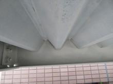 折板屋根がH型鋼に入り込んでいる箇所は鉄部塗装がしにくい箇所ですが手を抜かず奥の奥まで塗装します