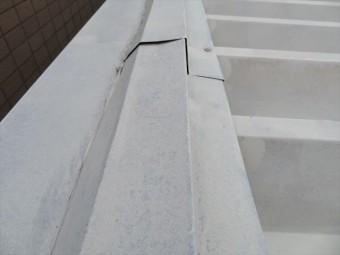 片流れになっている折板屋根の水上を雨漏りから守る板金役物