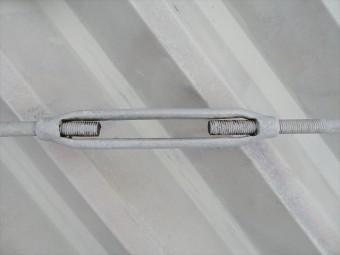 金属の丸い棒に引っ張り応力が働くように「ターンバックル」と言う部材で、引っ張っています。これを均等な力で引っ張ると、H型鋼が長方形を維持します。
