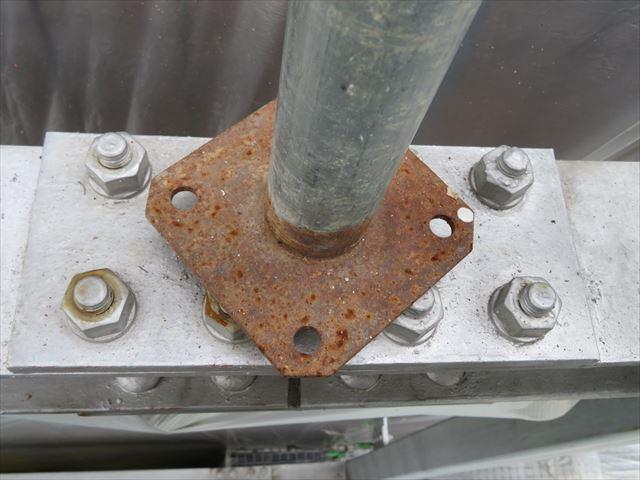 足場のベースが乗っている鉄部の塗装はできないので、足場が解体された後にタッチアップ塗装をする