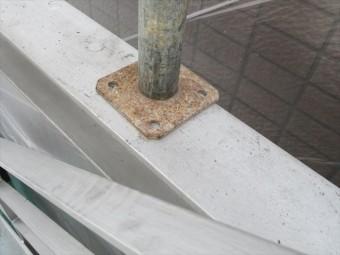 足場ベースは一時的に避けることが出来ない塗装不可能な場所。足場解体後に3層仕上げをすることで塗装品質を守ります