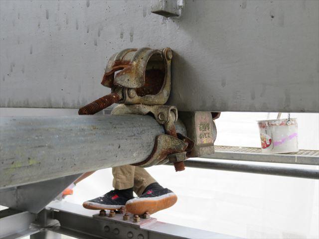 クランプでH型鋼に固定されている部分は一気に外してしまうと足場が不安定になり倒壊する危険性が出る