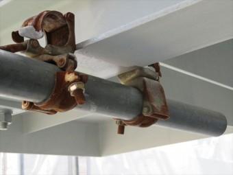 足場を自立させる控え(やらず)は鉄部塗装をしにくい箇所で、手間がかかりますが、安全確保のために部分的に緩めては塗装して乾いたら固定し直します
