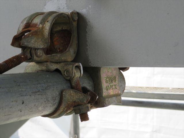 クランプ式足場の控えとして固定されているクランプは鉄部塗装しにくい場所のひとつですが、緩めて移動させて丁寧に塗っていきます
