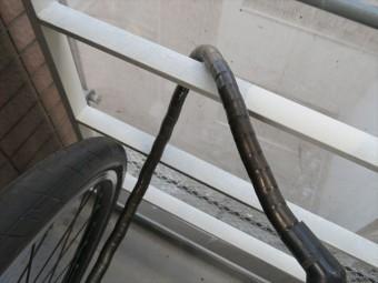 鉄部塗装をする転落防止柵に自転車ロックチェーンが巻かれている箇所は意外な塗装しにくい箇所