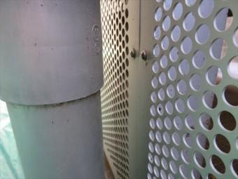 竪樋が近接しているが後ろのパンチメッシュ板を外さなければ鉄骨の塗装が不完全になる状態を解決した