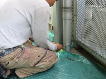 塩ビ製の竪樋は万能ノコギリで簡単に切断することが出来る