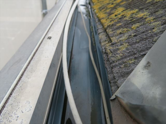 高圧洗浄前の屋根はホコリ類だけでなく苔や藻類が表面を覆い、塗装職人の侵入を阻んでいるかの様相です