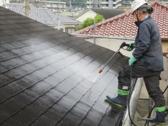 屋根の高圧洗浄作業は軒先から汚れを落として、滑る原因を減らして作業を進めるのが定石