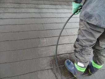 屋根の高圧洗浄作業は、一定の範囲を決めて洗い進めるのが鉄則です。破ると水しぶきや汚れを近隣に飛散させて苦情につながります