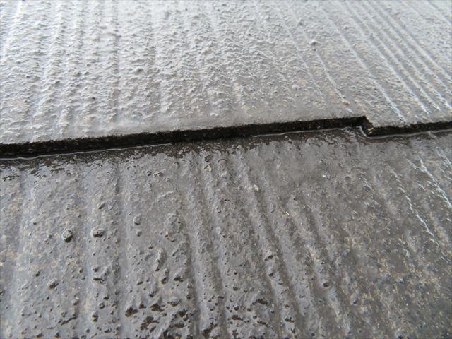 縁起りした屋根材の縁がつながると、屋根材継ぎ目の水分の縁がつながることが解る