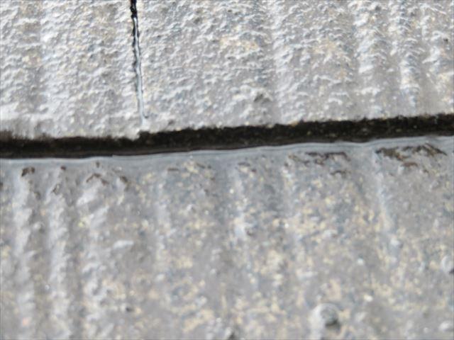 屋根材の継ぎ目には水分が滞留している