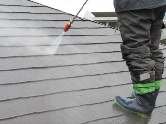屋根の高圧洗浄から出る頑固な汚れは洗っても落ちないので、雨合羽を着用の上に長靴との境目には目止めのシールをマスキングテープでする
