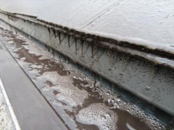 大屋根から軒樋へ流れる雨の水流が軒樋内部の砂塵を対流させて軒樋を研磨します