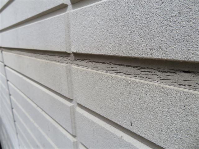 セメント質感のサイディングボードはその風合いを残した塗装仕上げをする