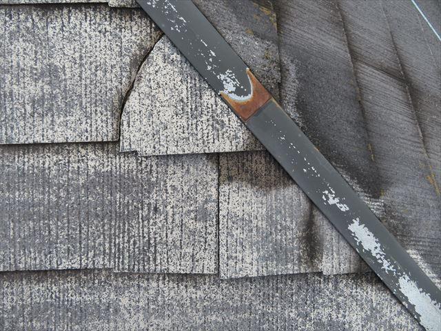 カラーベストのひび割れはシンプルなひび割れなので、接着剤とコーキング材で十分に修復できる