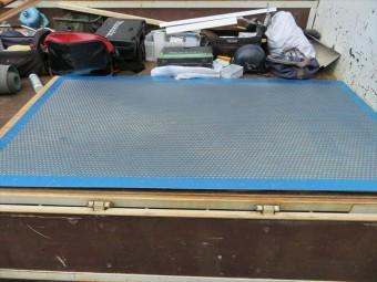 アルミ製パンチメッシュ板は既製品だが受注生産品のため、納品には存外に時間がかかる