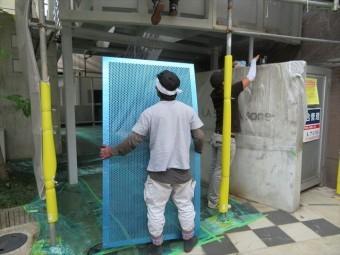 アルミ製パンチメッシュ板は厚さ2mmもありますが、アルミ製なので女性一人でも持ち上げることができる軽さ