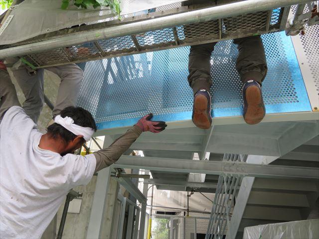 足場がない1階と2階の中間位置の作業は職人を悩ます作業になる