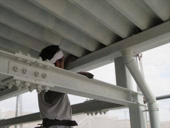 折板屋根で省スペースを図らねばならない場合、屋根の下に軒樋が設置されることがある
