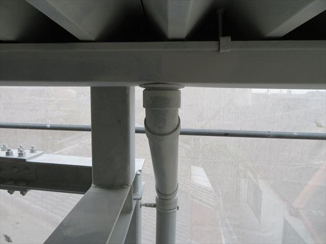 軒樋の雨水は、竪樋に向かって流れ、地表へ向けて排水されていく位置関係にある