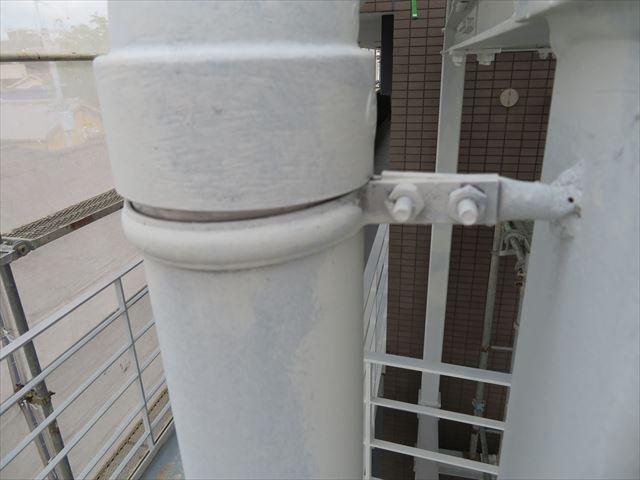 軒樋の直下にはデンデンと言う取り付け金具があるので、緩めなければ軒樋は下がらない