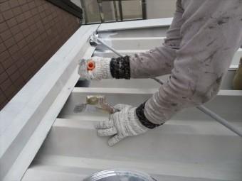 ハケやローラーにたっぷりと塗料を含ませて塗装すると下にいる職人に塗料が滴ってくるので作業服は汚れてしまう
