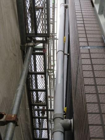 竪樋はチーズとデンデンで固定されているので、縦揺れの地震では固定部分に力が集中する